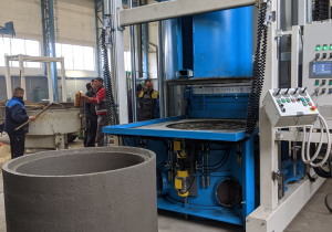 Mobile machine for the production of large concrete rings and pipes SUMAB E-12L