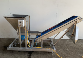 Flighted elevator conveyor
