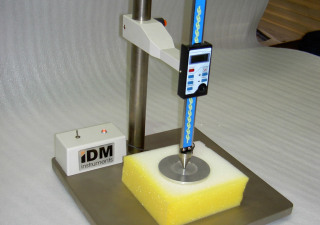 Thickness gauge for foam and lofty materials