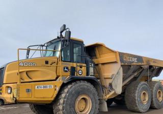 Camion à benne basculante articulé John Deere 400D 6X6 2011